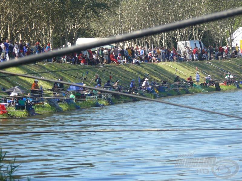 Ahol tömeg van, ott magyar versenyző horgászik...