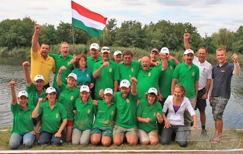 Íme a teljes magyar stáb. A női csapat és segítőik