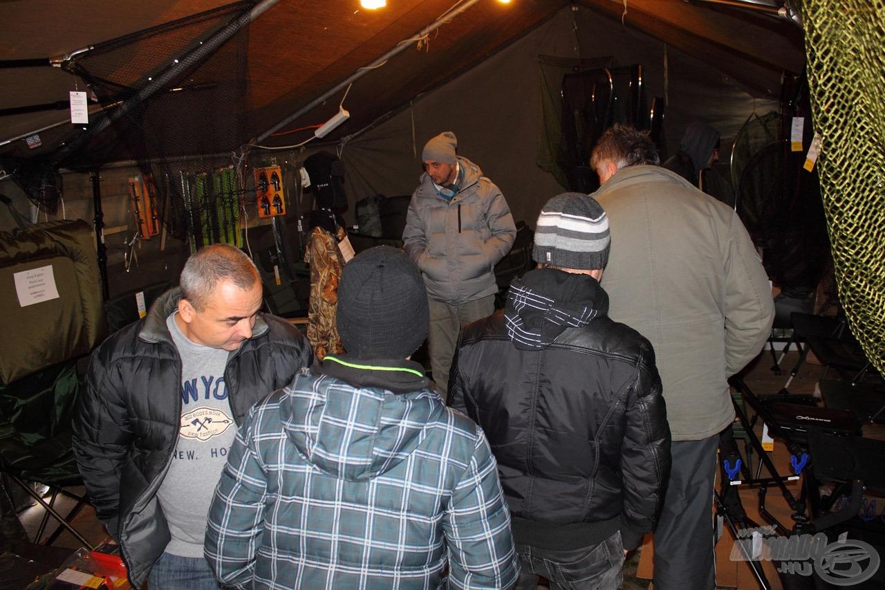 Rod-pod, bojlis merítők, feeder fotelek, mind-mind a külön erre a célra épített bojlis sátorban megtekinthetőek, kipróbálhatóak