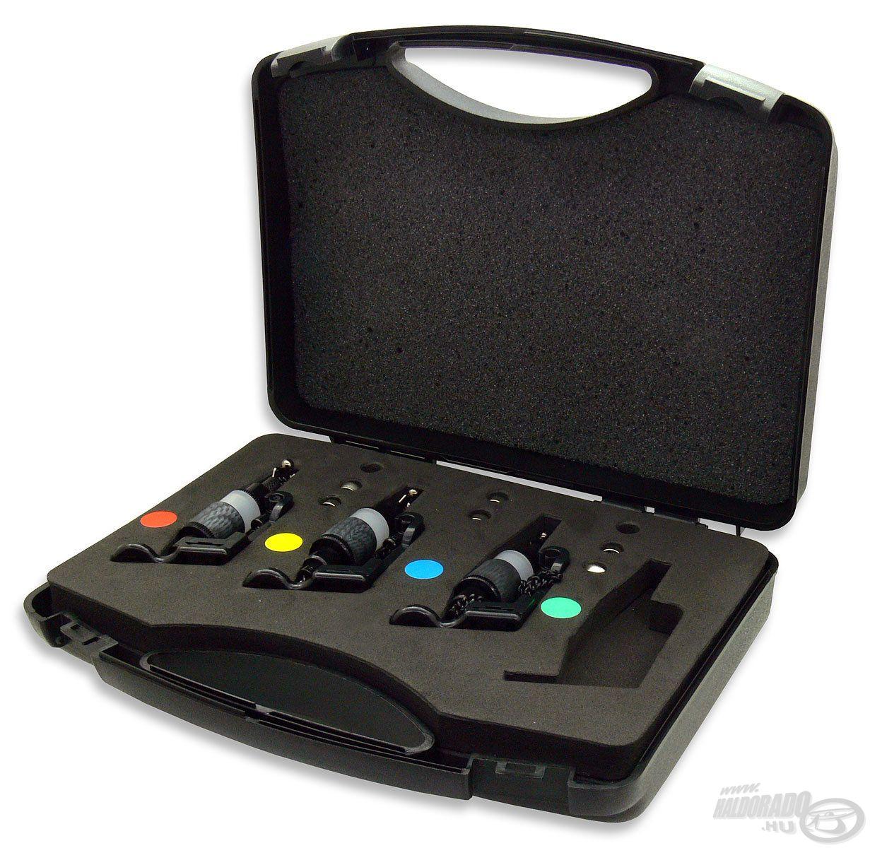 Három-, illetve négydarabos szettben is elérhető egy műanyag kofferbe csomagolva