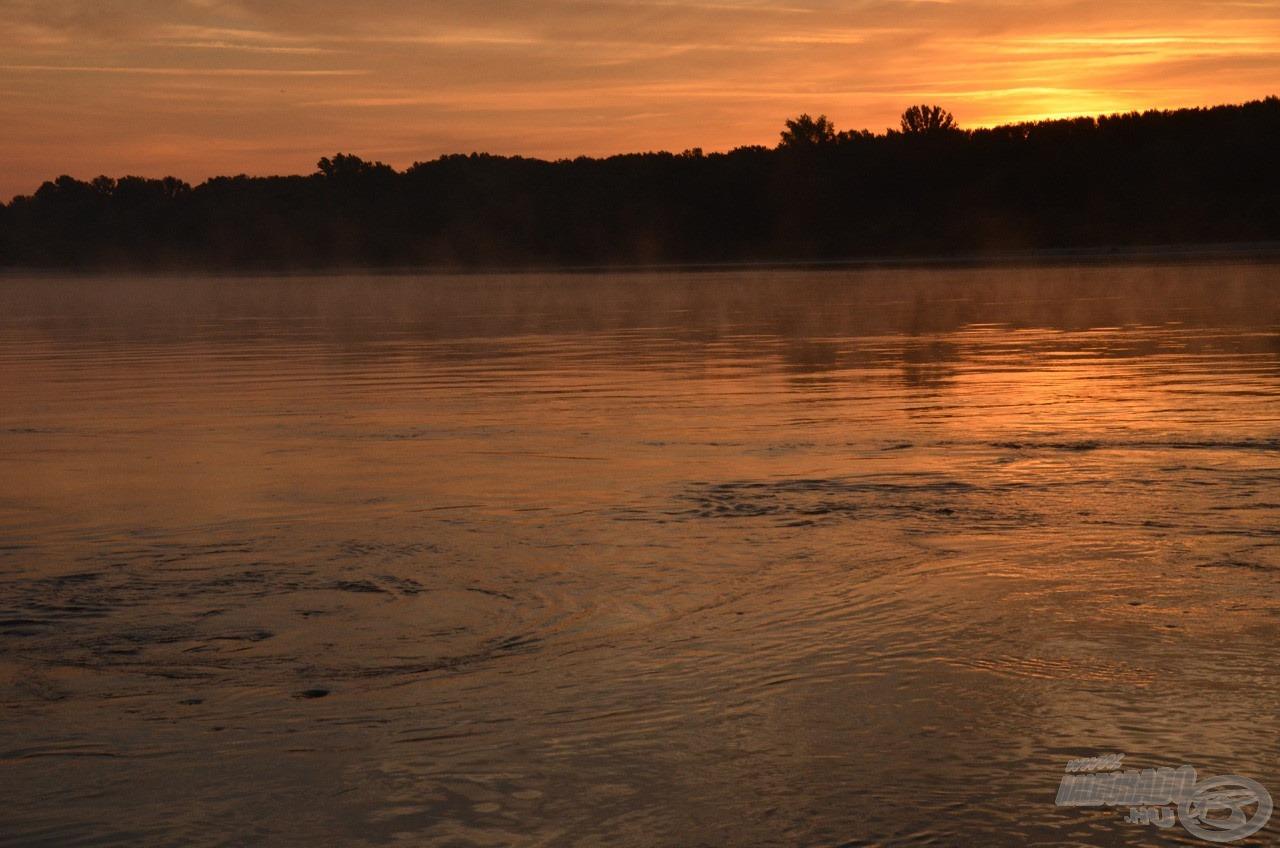 4 óra 30 perc. Az ember azt gondolhatná, hogy egész éjjel örvénylik a Duna, reggelre csak elfárad és lassul… hát nem…