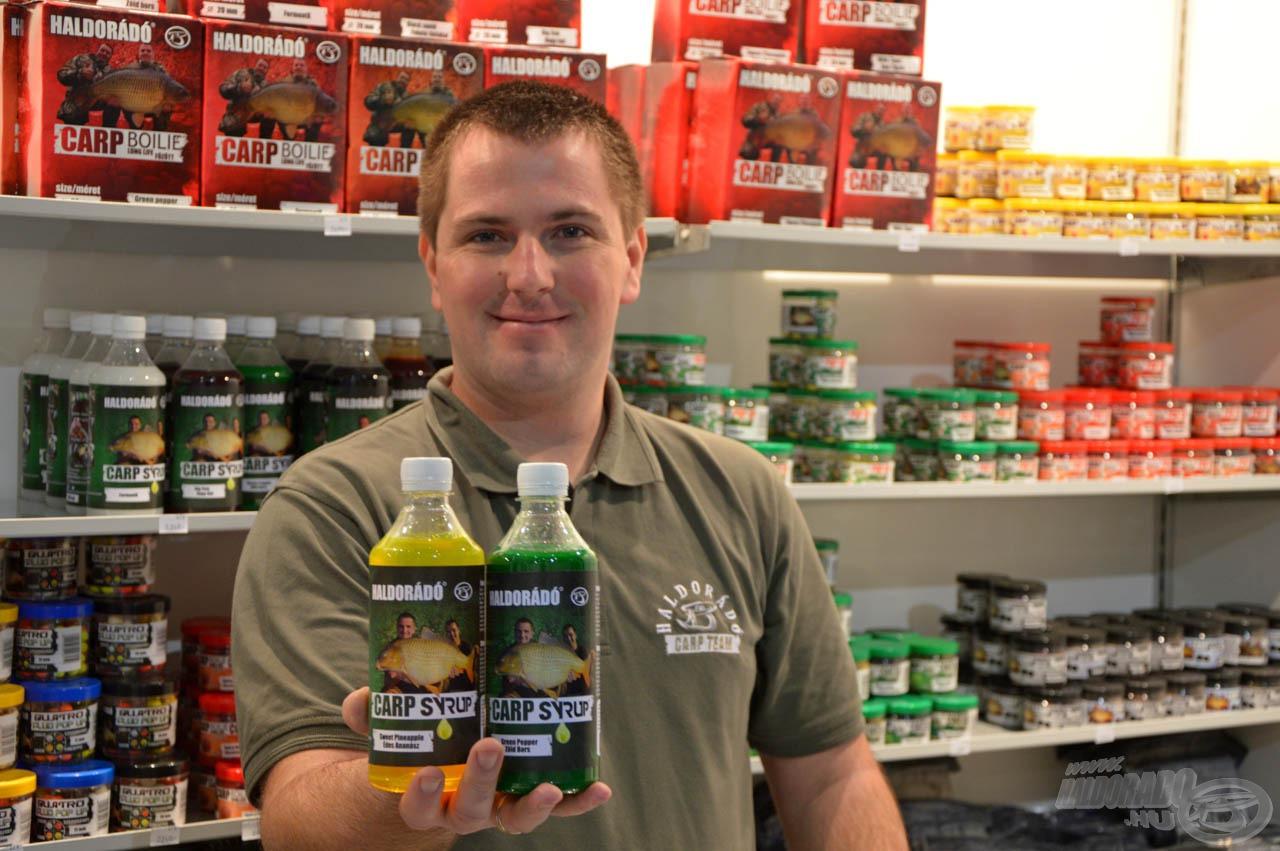 Haskó Tamás mutatja két kedvenc ízesítésű Carp Syrupját