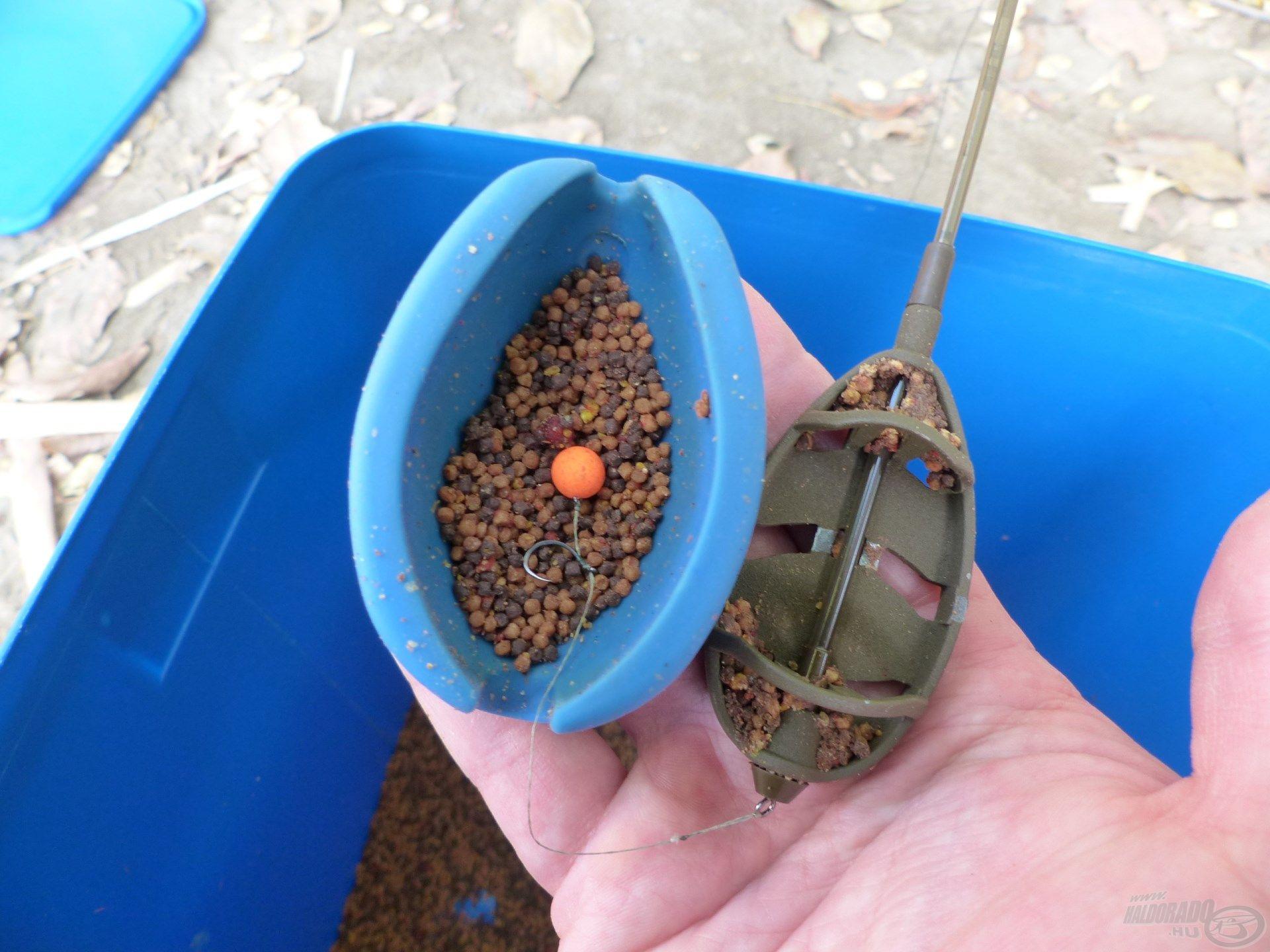 … majd a felcsalizott horgot egy vékony réteg pellet mixre kell helyezni a töltőszerszámba…