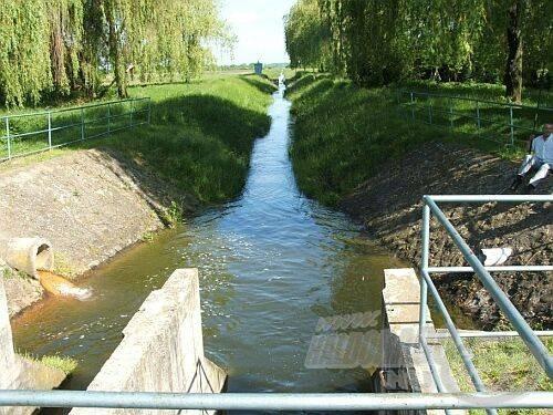Nincs gazdátlan víz, ez a kis csatorna is valaki tulajdonát képezi