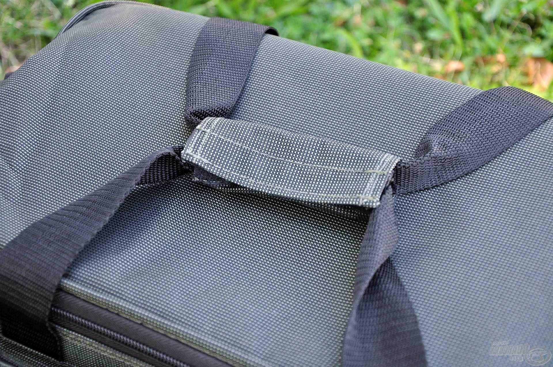 A táska szállítását megoldhatjuk a tépőzárazható füleivel…