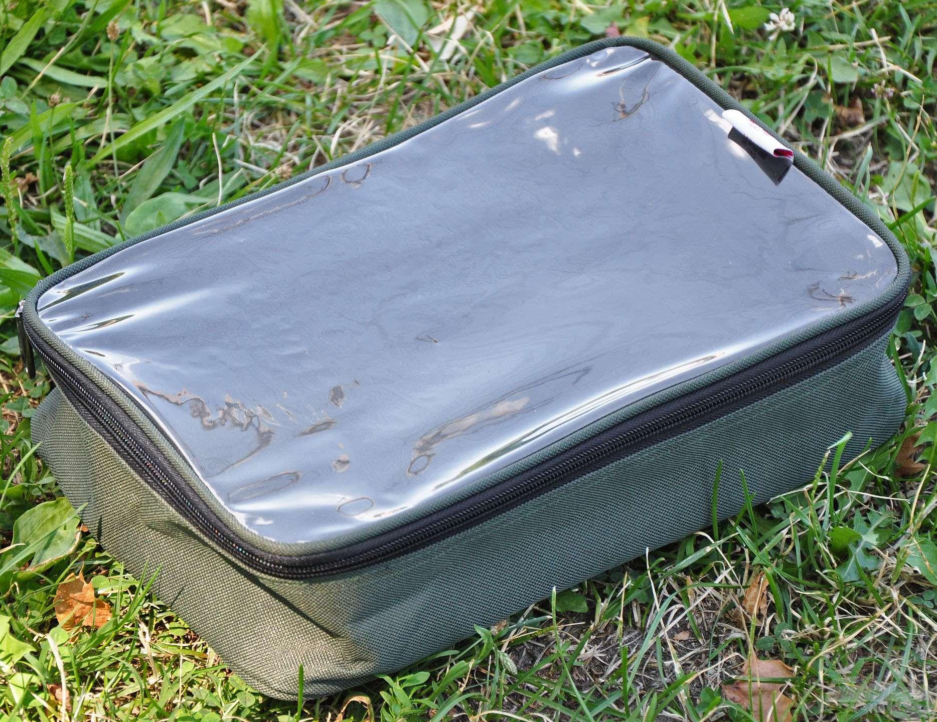 Szinte bármilyen kiegészítő vagy személyes tárgy tárolására használható ez az ügyes kis átlátszó tetejű táska