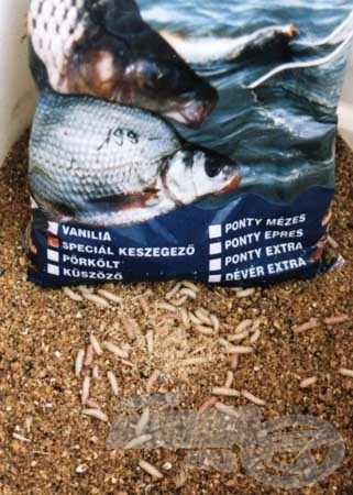 A keszegek hamar rátaláltak a pontyoknak szánt finomságokra. Az eredményes horgászat érdekében azonban helyben kellett őket tartani. Ezt a célt szolgálta a megfelelően előkészített csontival feljavított etetőanyag