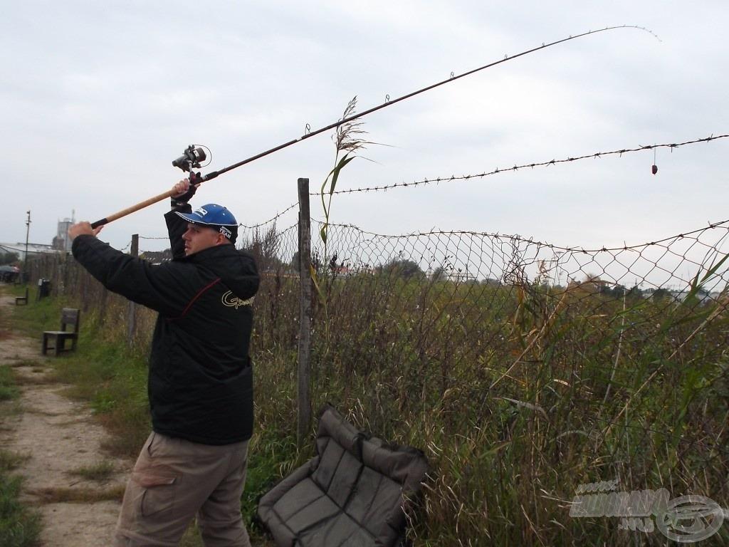 A lendületes dobásokat nagyon megnehezítette a közeli kerítés, de ezzel a technikával dobva eljutottak a végszerelékek a megfelelő helyre