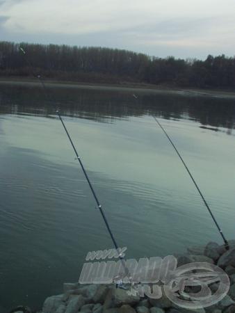Folyóvízen többnyire kövek közé állított botokkal horgászunk