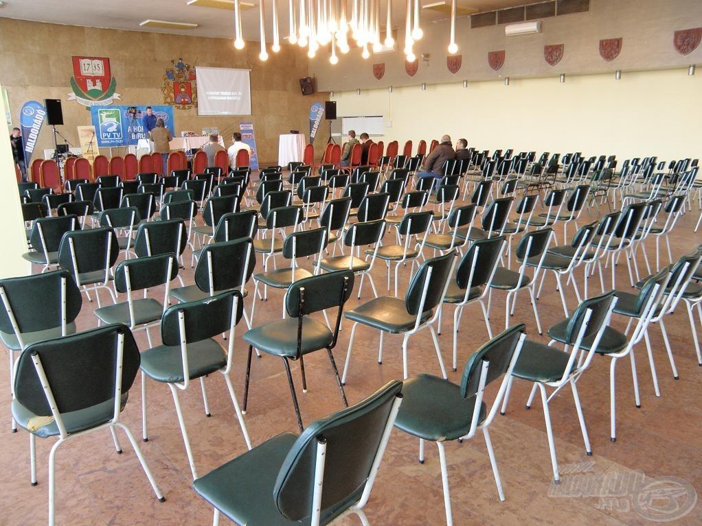 A rendezvényterem és a horgászokat váró üres székek…