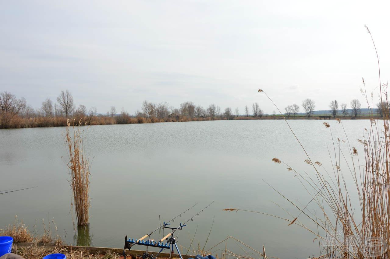 A tó egyik rövid oldalán kaptunk helyet