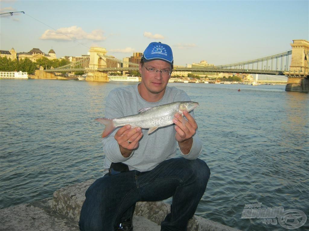 Szerencsémre megérkezett gyerekkori jó barátom, Dávid, aki a második halnál már közreműködött a fotó elkészítésénél. Ezúton is köszi!