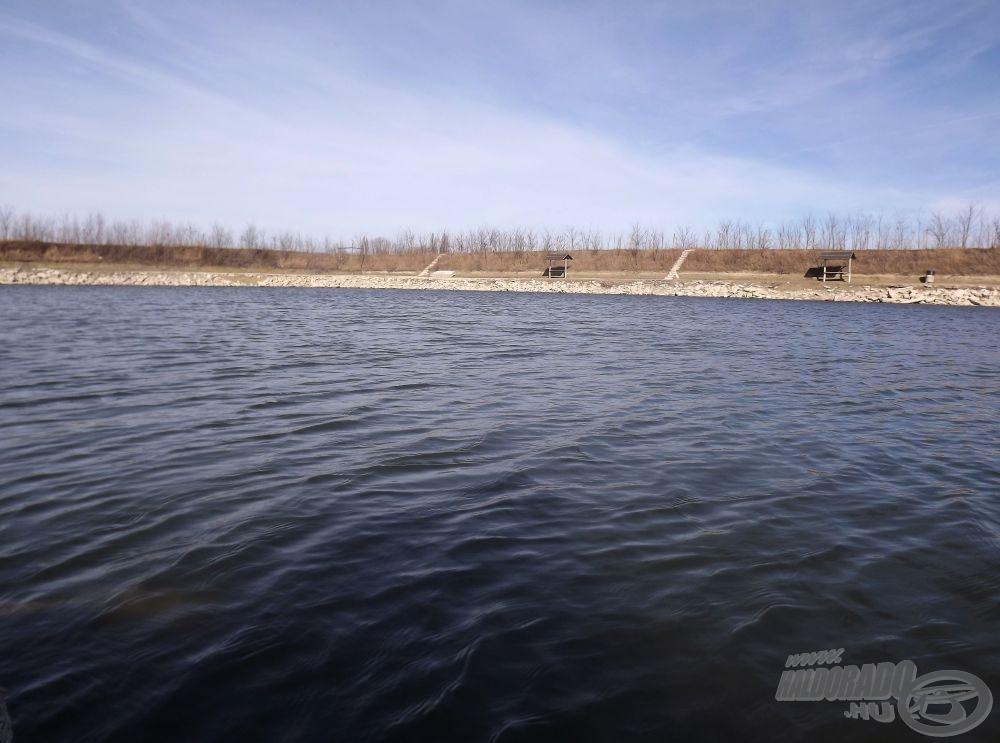 Horgászhelyemül a mélyebbik, 4 m átlagmélységű tavat választottam