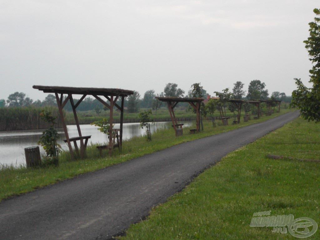 A két horgászható tó között aszfaltozott út található, így a bepakolás is kényelmes a horgászhelyekre
