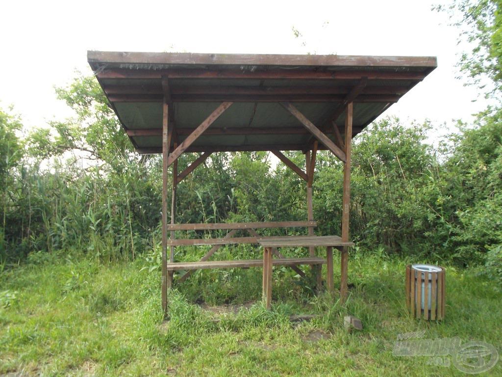 Minden horgászhelyhez tartozik egy esőbeálló egy paddal és egy kis asztallal