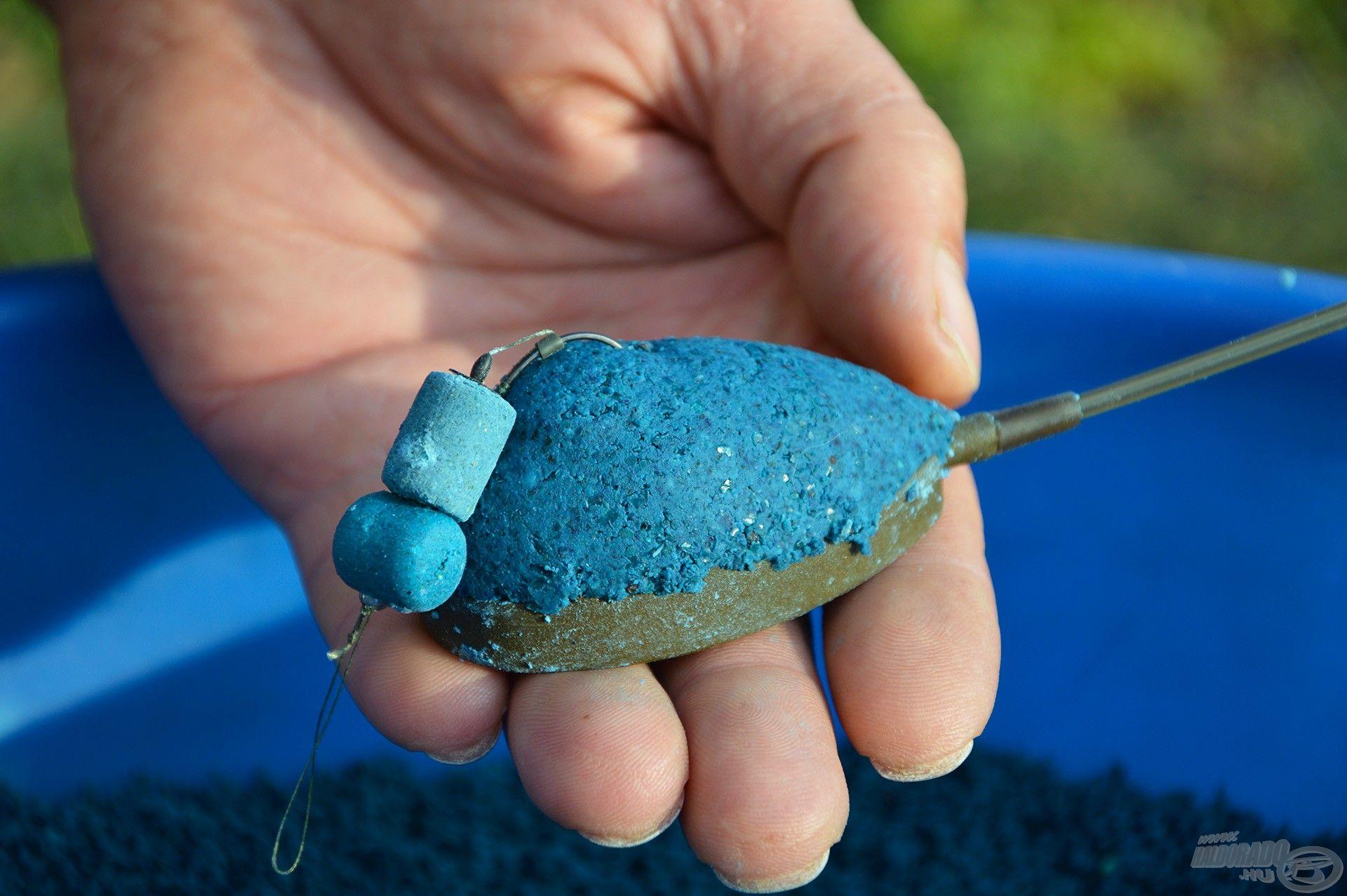 A horgot a kosárba töltött etetőanyag kupac tetejébe kell nyomni, s máris bedobásra kész!