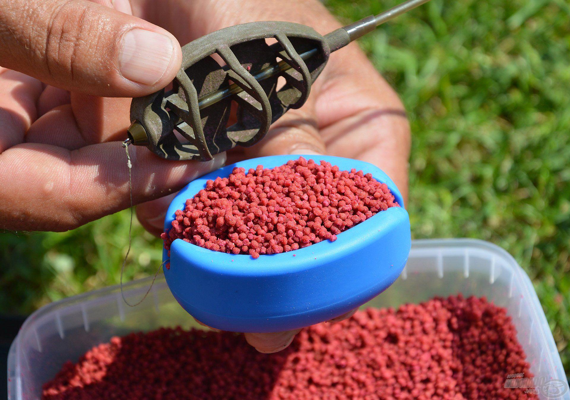 Ezután a töltőforma kapacitását kihasználva fedjük be micro pelletekkel, majd felülről préseljük bele a kosarat
