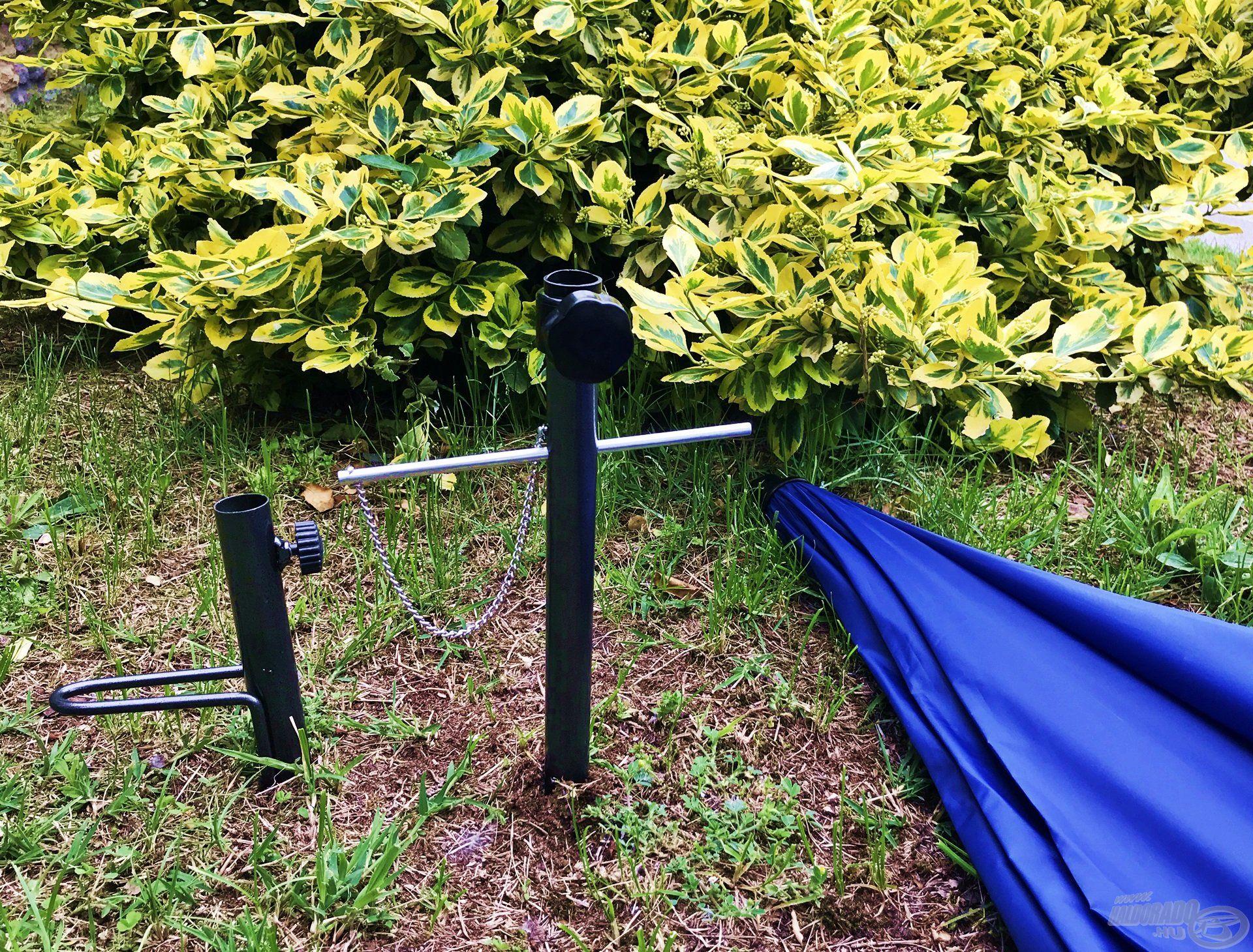 A lehajtható ernyőtartó sajátossága a mellékelt rúd, amelyet a megfelelő furatba helyezve a legkeményebb talajba is stabil tartót helyezhetünk ernyőnk számára