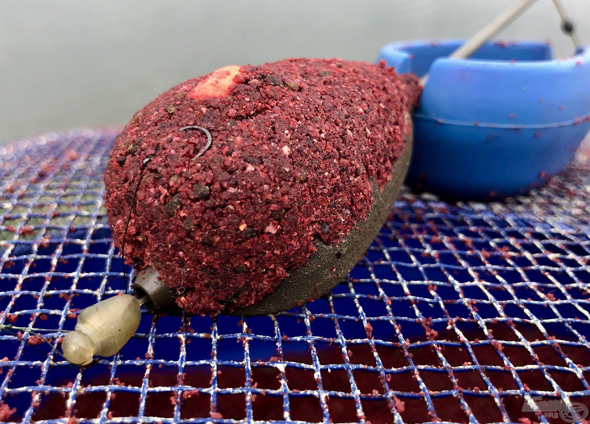 A Long Cast Method Feeder kosárba kevés etetőanyag fér, de az pont elég arra, hogy felhívjuk vele a hal figyelmét
