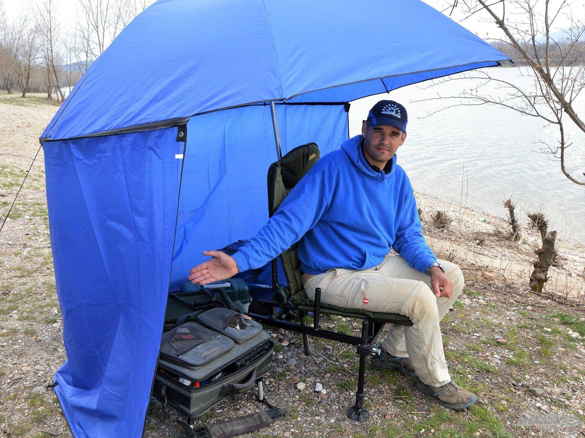 A sátras ernyőnek a palástja is véd minket az esőtől, széltől