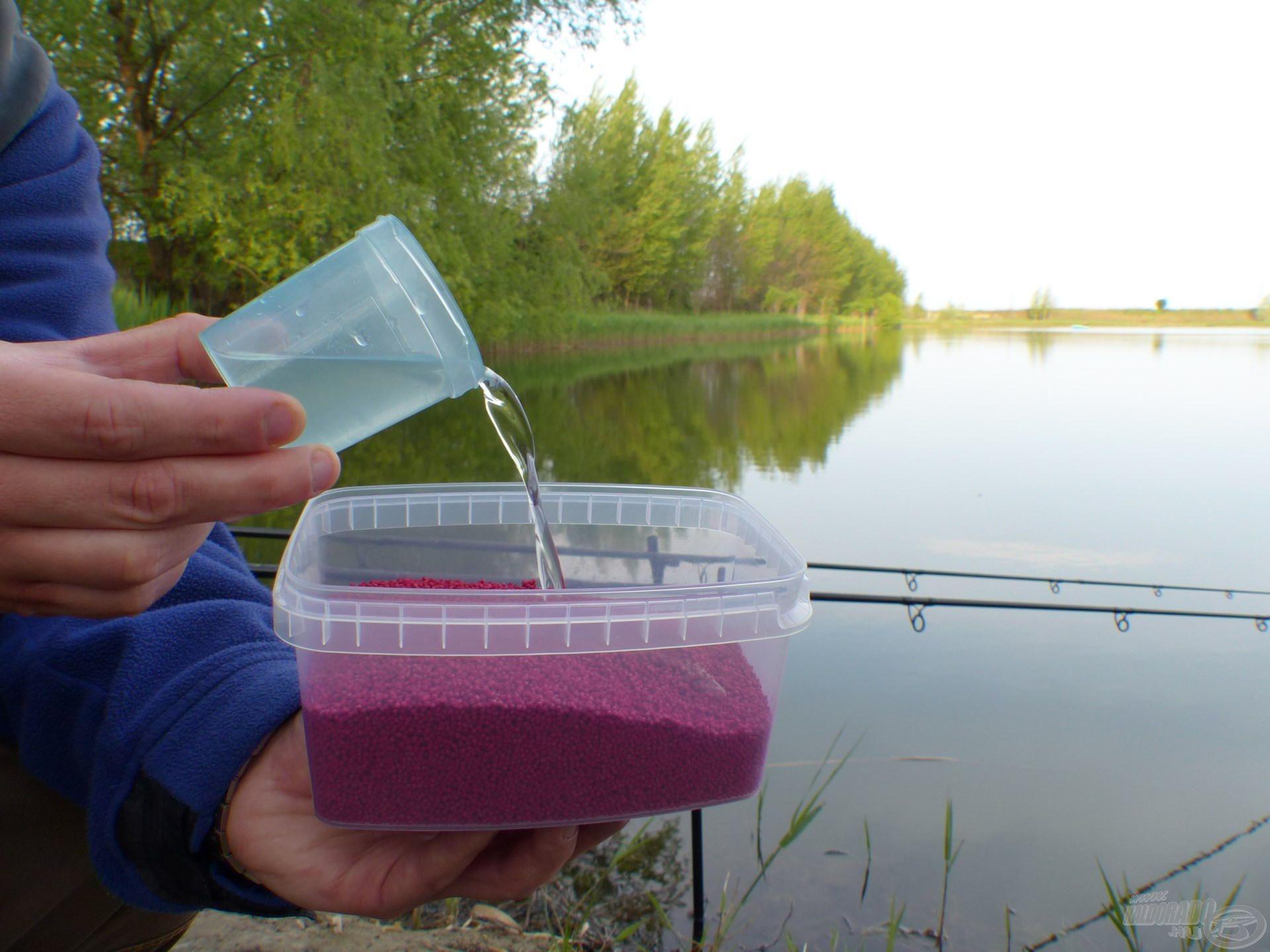 Majd külön a Fluo Micro Method Feed Pelletet a szokásos módon, 100 ml vízzel keverve…