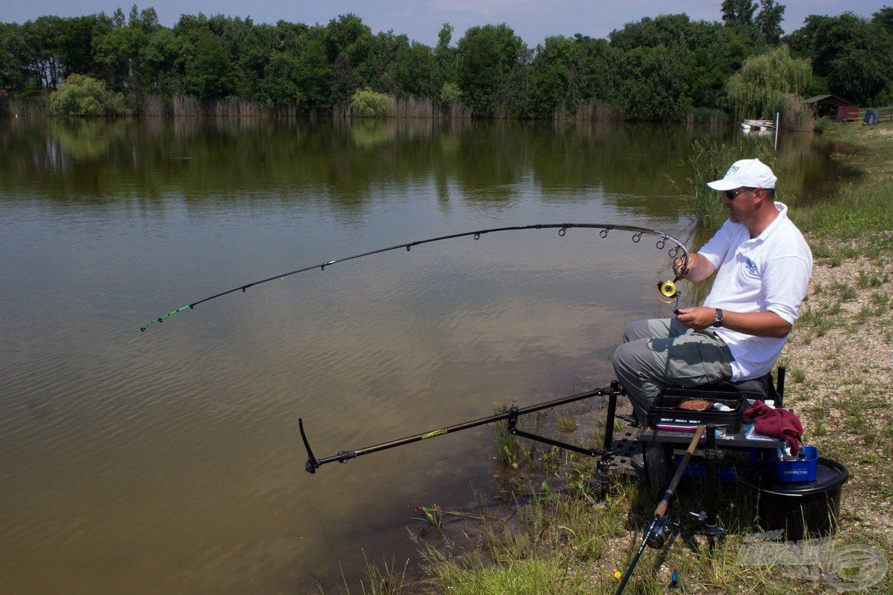 Ha egy jobb hal miatt ki is kellett akasztanom a klipszből a zsinórt, csak egy dobásra volt szükségem, és a meghorgászott jelig visszacsévélve a zsinórt pontosan ugyanott folytattam a horgászatot, ahol azt abbahagytam