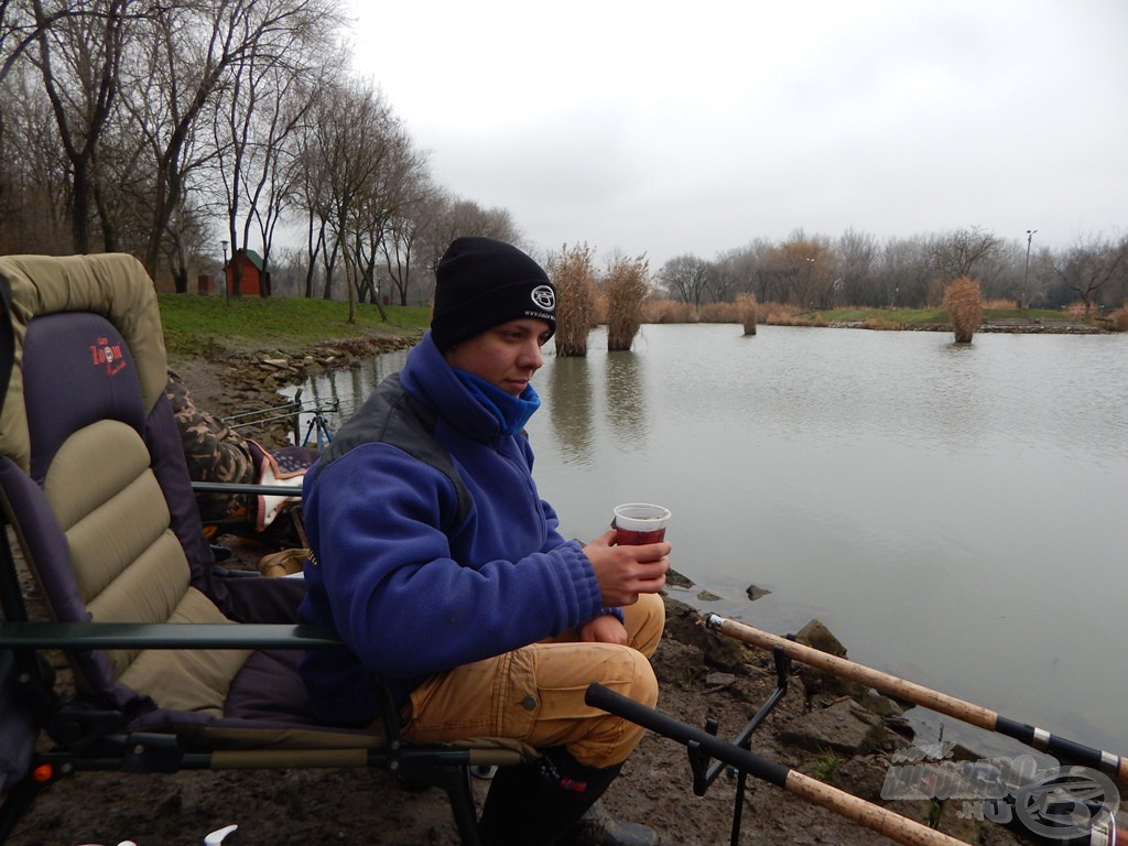 """A meleg öltözet és a forró tea a téli horgászatok egyik alapkövetelménye! De akármennyire is fagyos a hangulat, akkor is legfőbb szenvedélyünknek, a horgászatnak hódolhatunk. """"Mert horgászni jó!"""""""