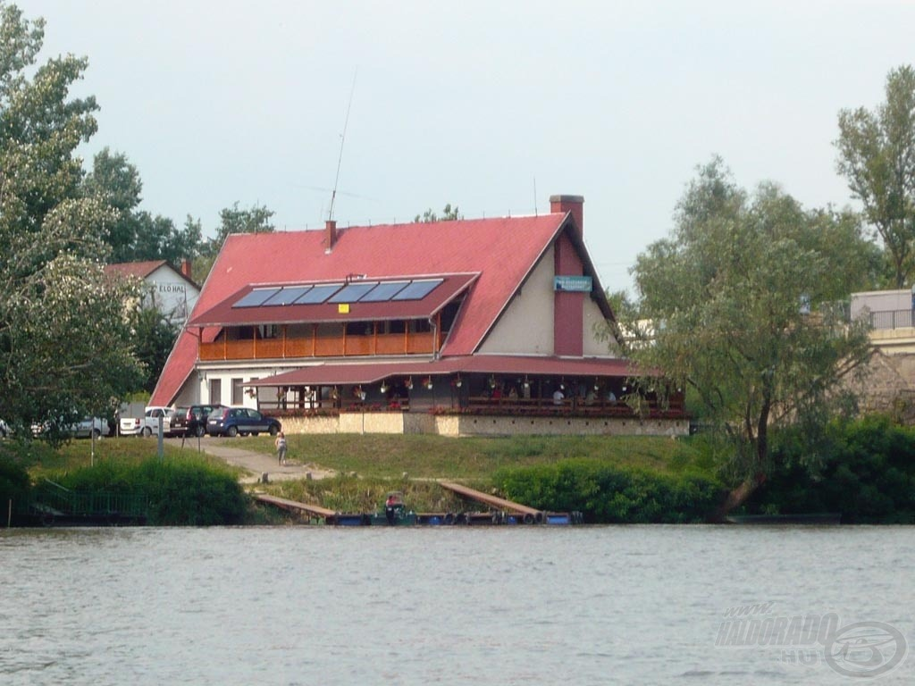 A Fehér Amur csárdával szemben van a horgászhelyem
