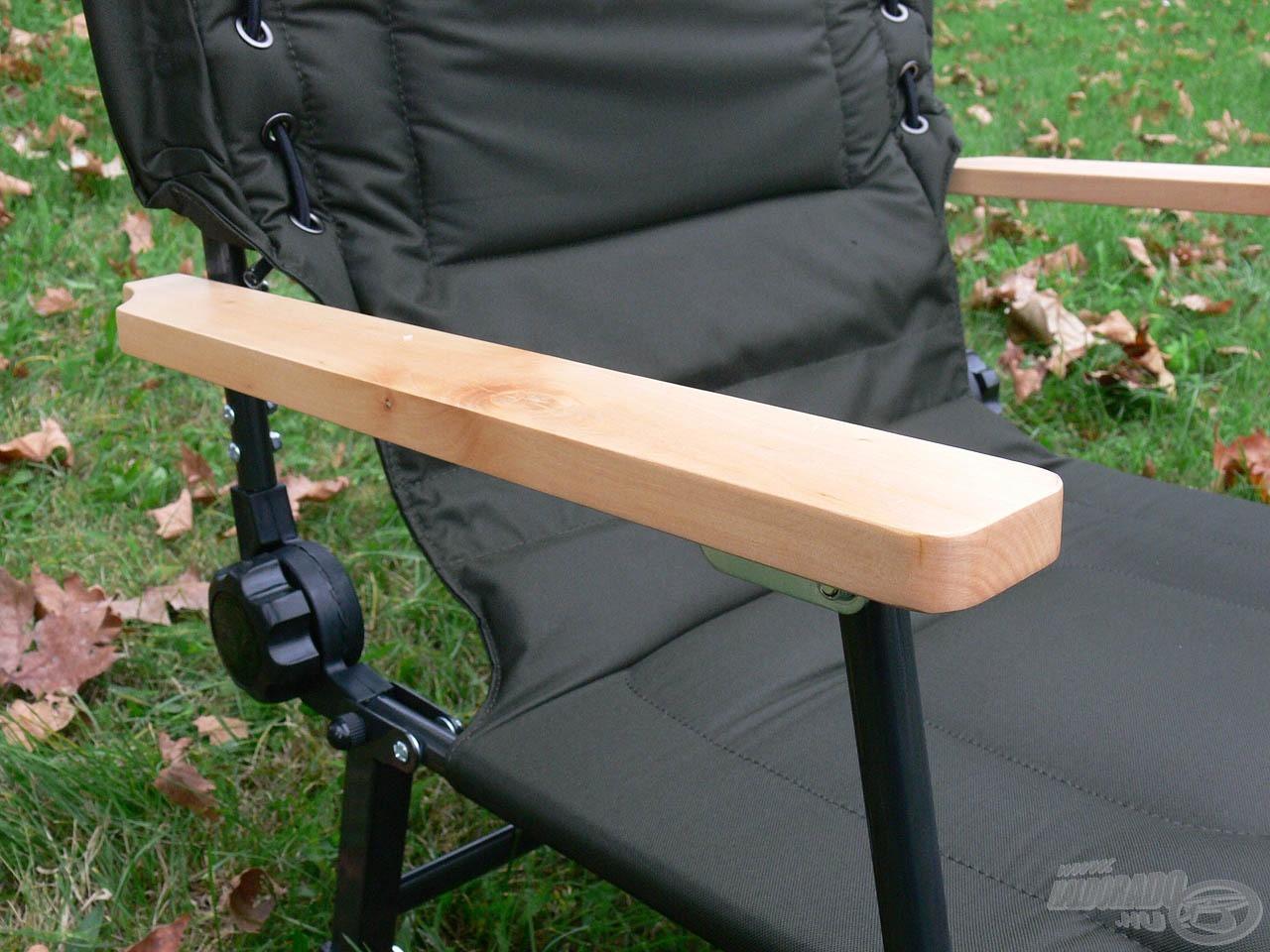 A fotel kényelmes és tartós fakarfával van szerelve