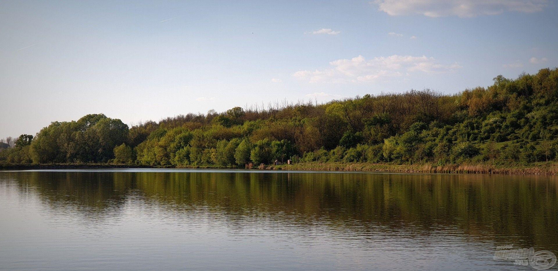 Impozáns látványt nyújt a völgykatlanban elterülő vízterület