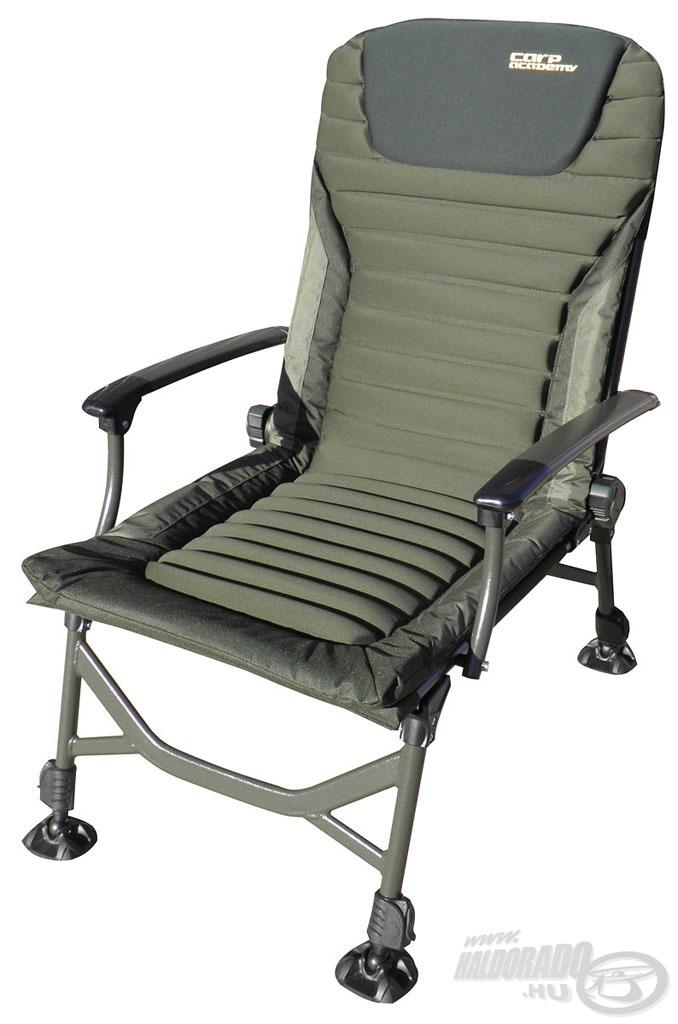 Bordázott ülőfelülete és háttámlája teszi igazán kényelmessé még a nyári forró napokon is