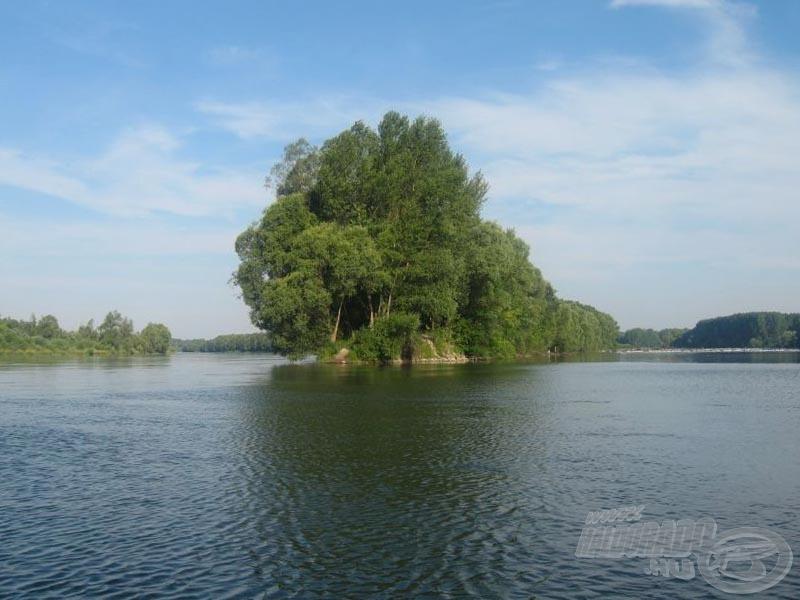 Balra a Duna főmedre, jobbra a mellékág