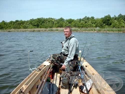 Minden csapat igyekezett a legjobb helyeket gyorsan elfoglalni, többnyire csónakkal.