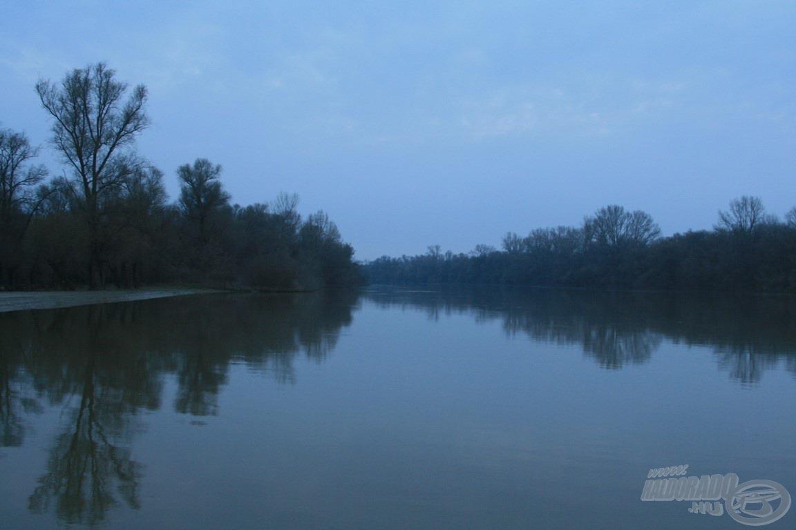Csendesen rohan a Tisza