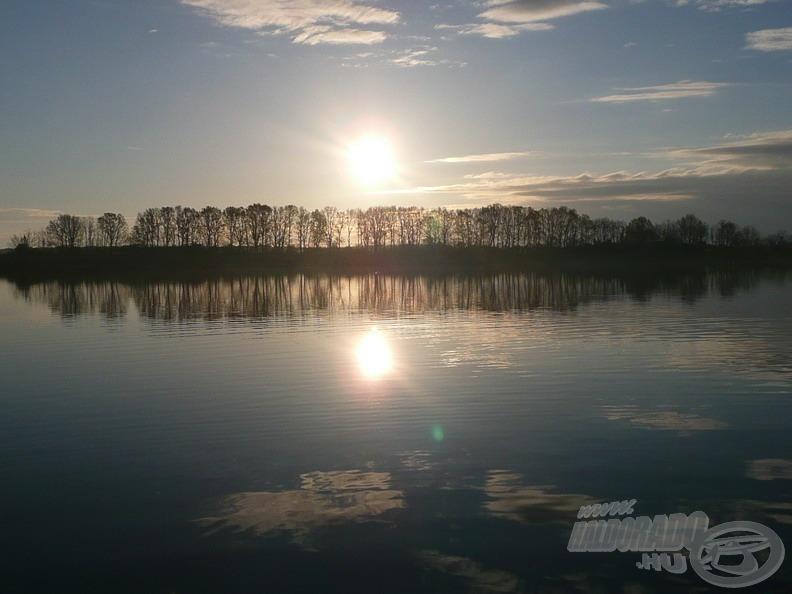 A Nap egyre magasabban jár, sugarai a hideg víztömeget elkezdik lassan melengetni