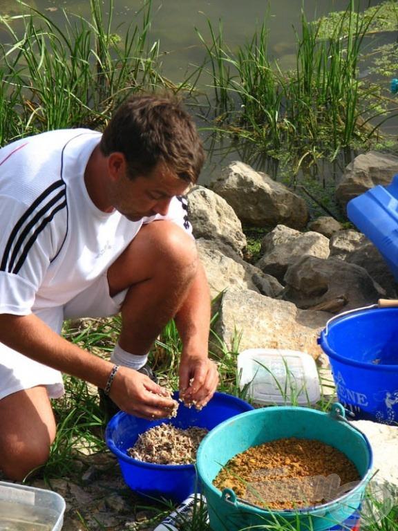 … de a vízparton azért folytatódott az etetőanyagok előkészítése