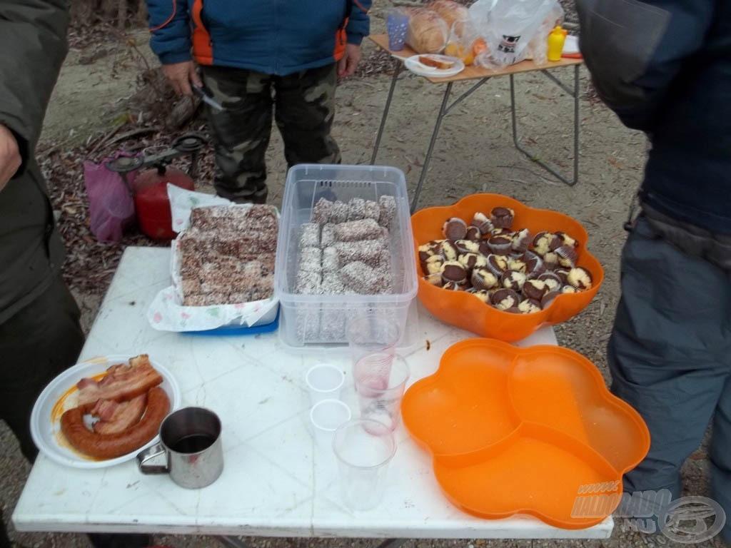 … a lányok süteményekkel kínáltak