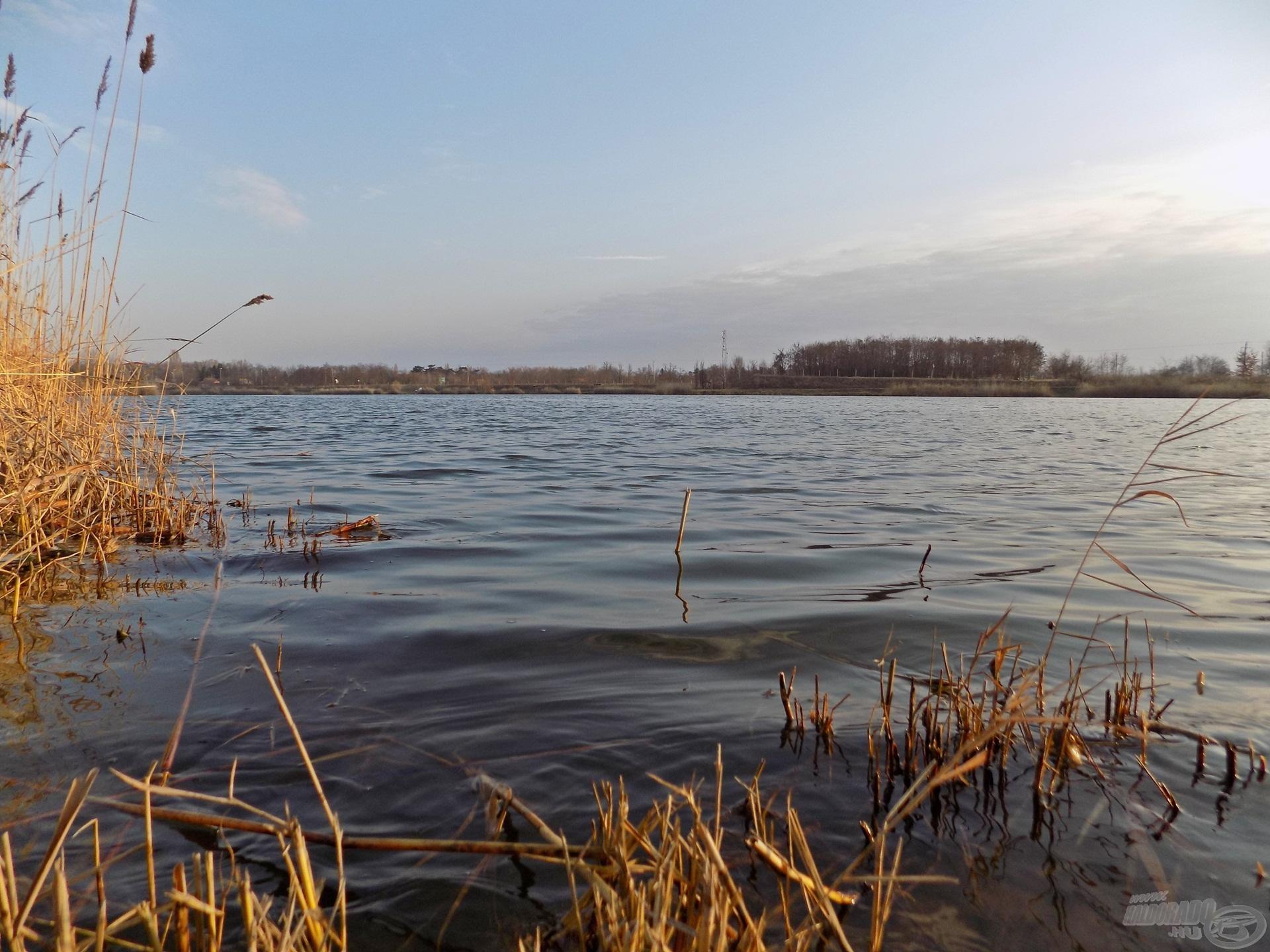 A horgászat napjára igazi, szeszélyes kora tavaszi időjárást jósoltak. Erős szél, csípős hideg, eső! Ilyen hajnali látkép mellett azonban igen nehéz volt elképzelni, hogy a jóslat valósággá válhat