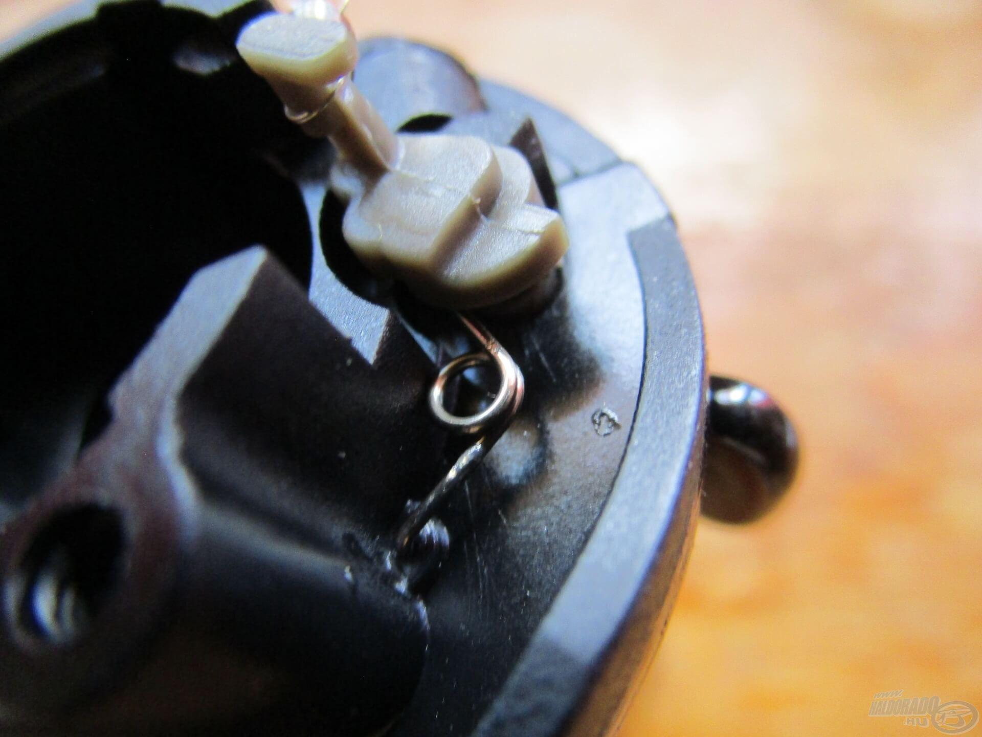 A visszaforgásgátlót legtöbbször néhány csavar és egy fémkeret tartja a helyén. Ezek eltávolítása után óvatosan kiemelhető az egész. De! A kapcsolóhoz nem kell nyúlni, mert ha kipattan a torziós rugója, az nem várt következményekkel járhat!