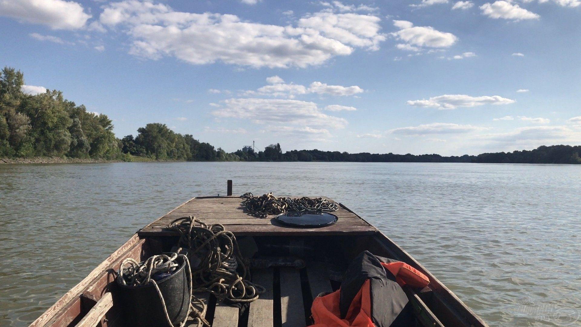 Legtöbbször csónakból közelítem meg a kiválasztott horgászhelyet