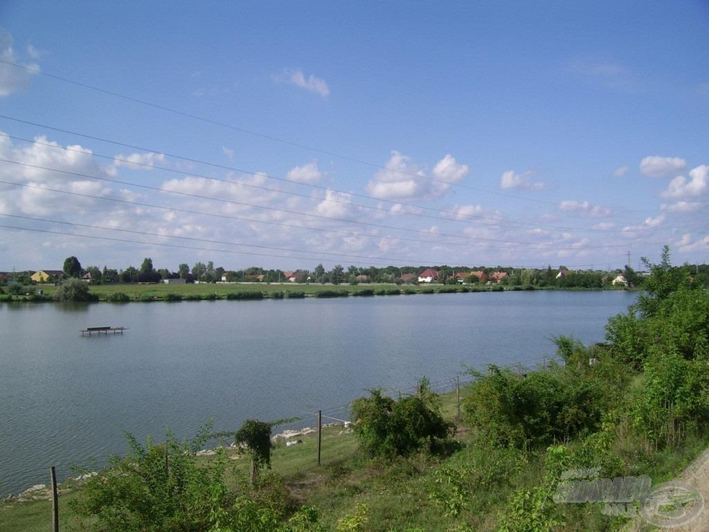 A Lencsés-tó nyári látképe. A feederbotos horgászoknak igazi kincs ez a víz