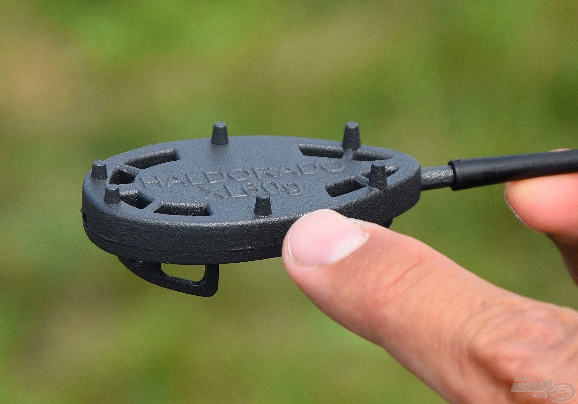 A Dart Metal alján 6 db kapaszkodó karom van, mely a fenéken stabilizálja a kosarat