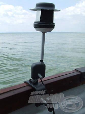 A szárat magába fogadó blokk alsó csavarjánál fogva a csónakpalánkra szerelhető…