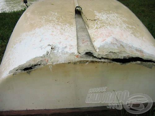 A figyelmetlen kikötés következménye: erősebb hullámzásban a csónak alja leért a kövekig