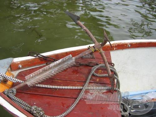 A csónak első rögzítője egy négyágú horgony, ami összecsukható