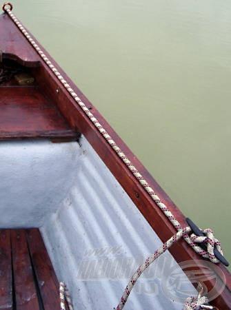Az első súly kötelét a kikötőbikára hurkolt nyolcasokkal rögzítem. Az orrban lévő szemescsavar (karika) megfelelő elhelyezésével elérhető, hogy a megfeszített kötél a csónak felső pereméhez simul, így horgászat közben a lehető legkevésbé lesz zavaró