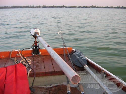 A műanyag csővel meghosszabbított gázkar stabilabb és energiatakarékosabb csónakázást tesz lehetővé