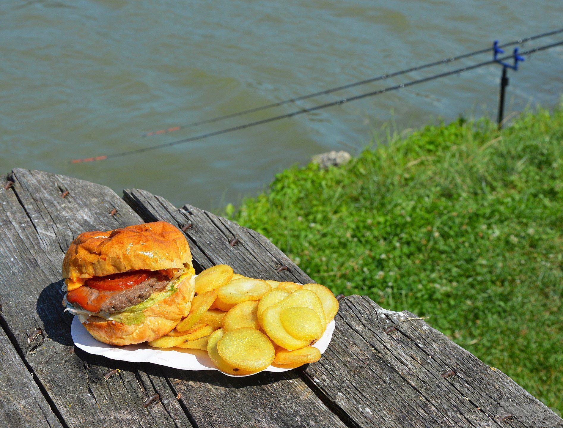 A tóparti büféből hoztunk egy finom ebédet, érdemes kipróbálni az itteni finomságokat!