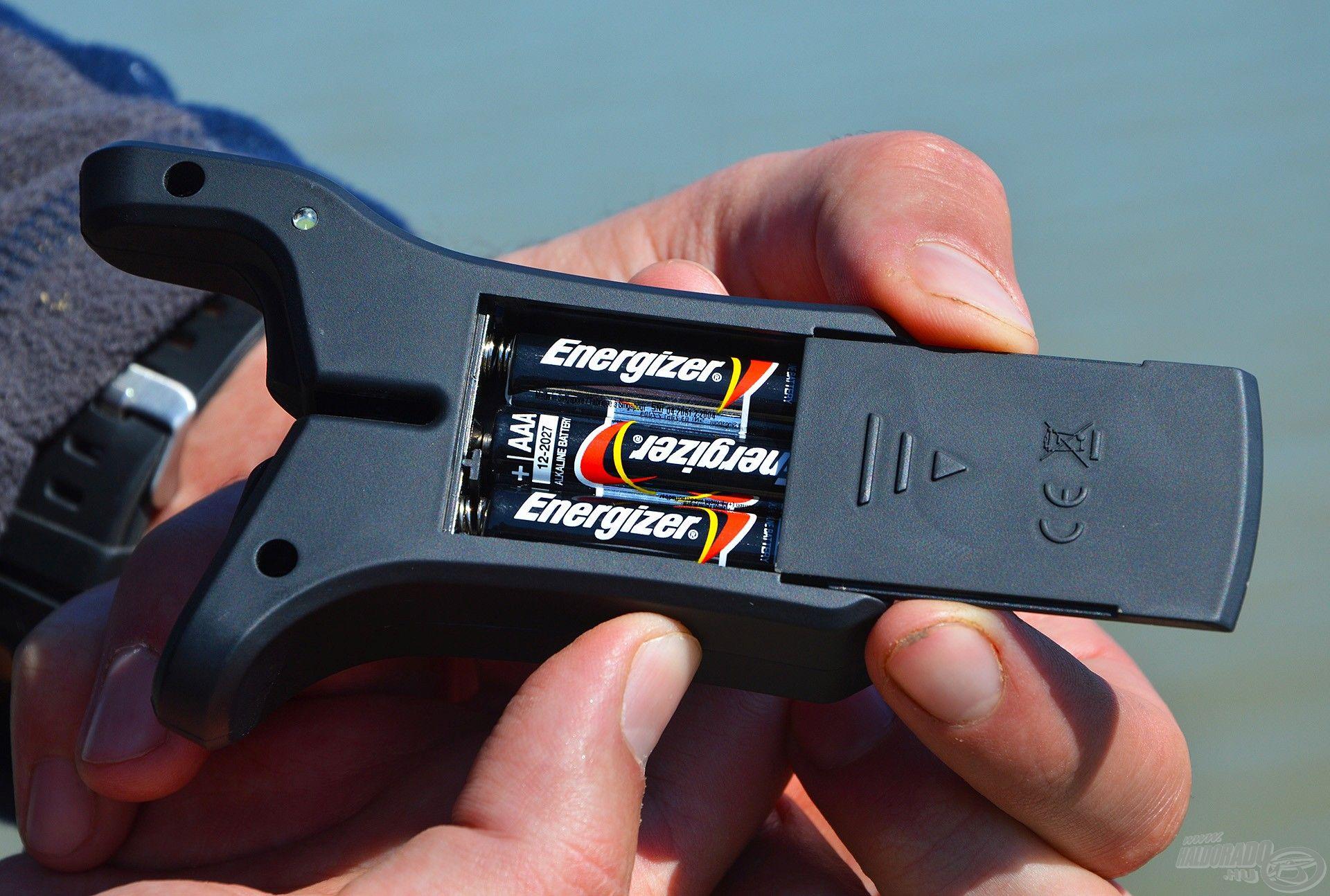 3 db AAA méretű, azaz mini ceruzaelem biztosítja az jelző energiaellátását