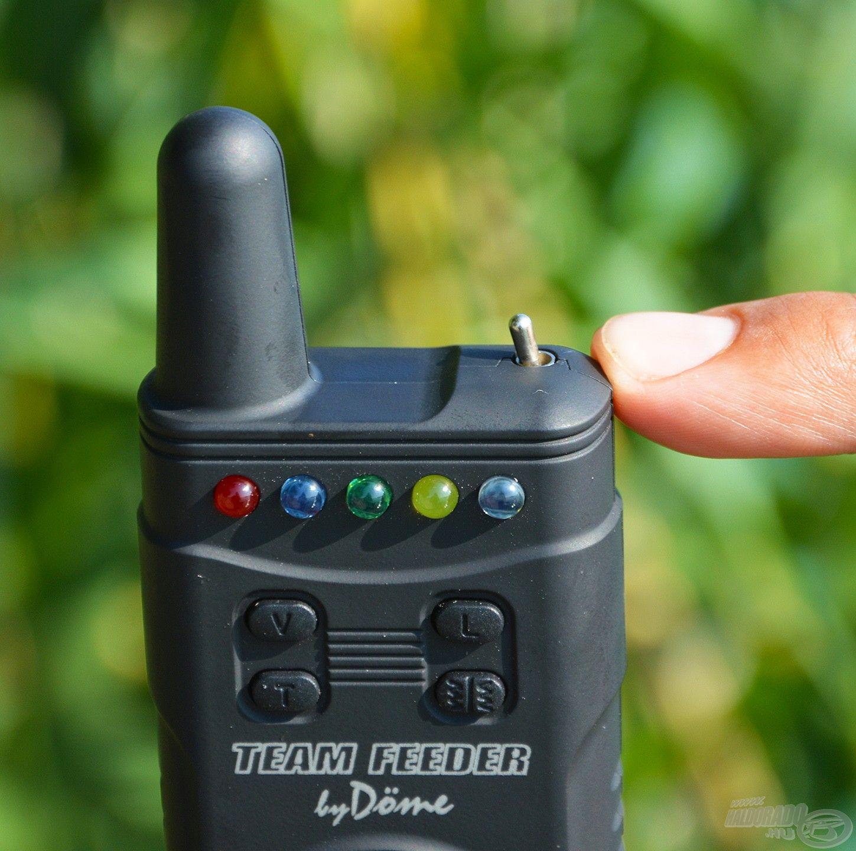 A kompakt kis készüléken az antenna mellett található a bekapcsoló gomb